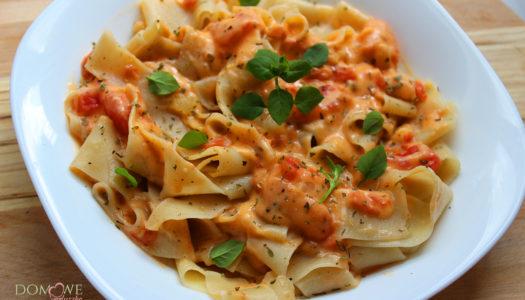 Pappardelle z kremowym sosem pomidorowym