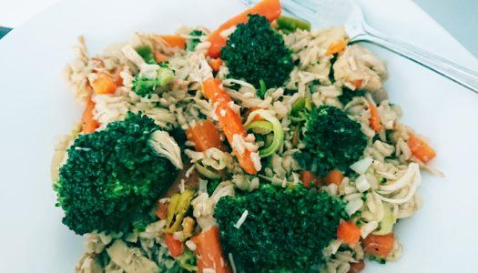 Brązowy ryż z warzywami i kurczakiem